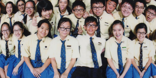 Image: http://sgeyecare.com.sg/wp-content/uploads/2015/04/myopia-glasses003.jpg. This is a class of upper-level secondary students – myopia affects up to 50 % of Singaporeans by age 12 and up to 80 % of them by the time they finish secondary school. Among my 1st-year university students, roughly 70 % declared having myopia as children, and a quick look around the class indicates that nearly all are now nearsighted.